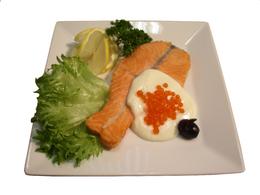 Филе лосося с икорным соусом